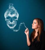 Fiatal nő veszélyes cigaretta a dohányzás füst mérgező koponya