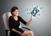 Fotografie junge Frau hält Tablet mit Symbolen des sozialen Netzwerks