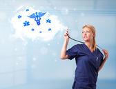Junger Arzt mit abstrakter Wolke und medizinischen Ikonen