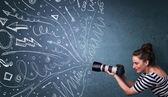 Fotograf schießt Bilder, während energische handgezeichnete Linien ein