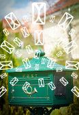 poštovní schránka s pozadí ikon na zářící zelená písmena