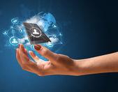 Cloud technologie v rukou ženy