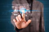 Pohledný podnikatel dotýkají budoucích webových technologií tlačítka a