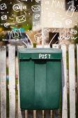 Postbox s bílou ruku nakreslena mail ikony