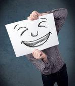 podnikatel držení papíru s Veselý obličej před jeho hea