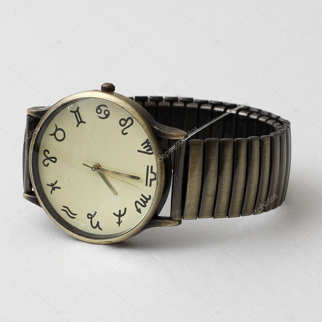 69deae8bea1 Detail hodinek zodiac zápěstí izolovaných na bílém pozadí — Fotografie od  ...