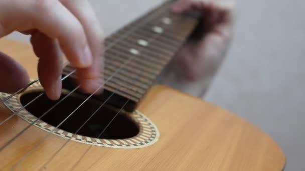 der Musiker spielt auf der klassischen spanischen Gitarre.