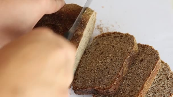 Szeletelt sötét kenyér darabok, fehér háttér