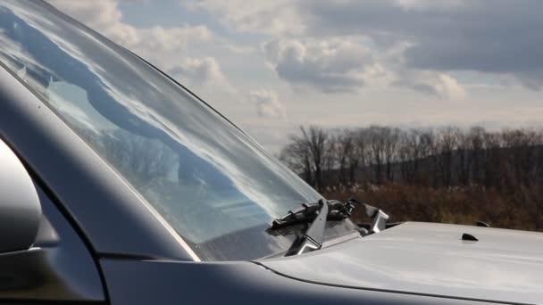 čelní sklo vozu je opláchnout vodou a očistěte stěrače