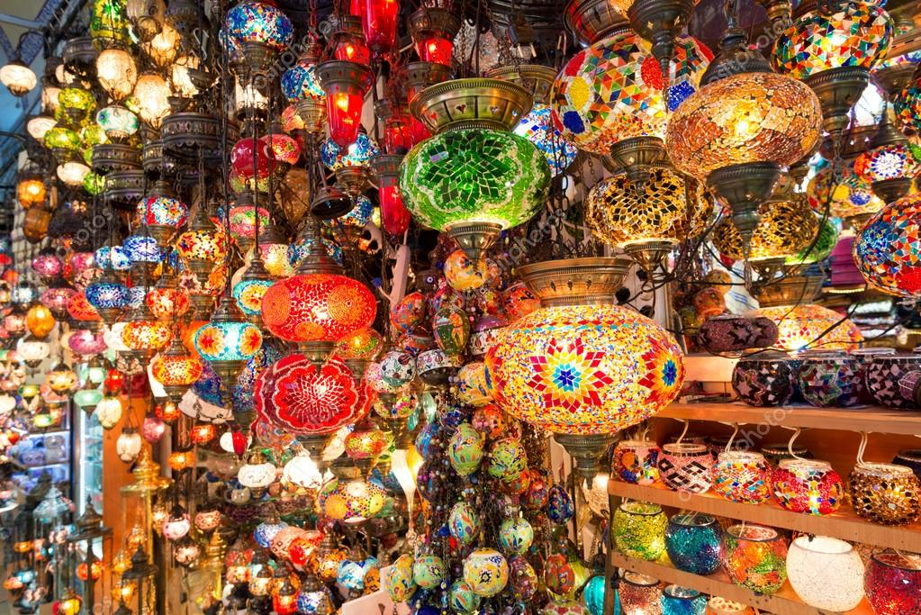 3e6831c63c43 Πολύχρωμο τουρκική φανάρια που προσφέρονται για πώληση κατά το μεγάλο  παζάρι στην Κωνσταντινούπολη