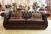 Klasická kožená pohovka v prodejně nábytku