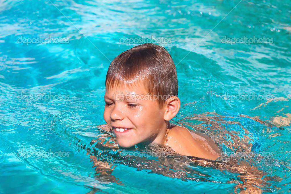 lächelnde Junge im Schwimmbad in den Sommerferien