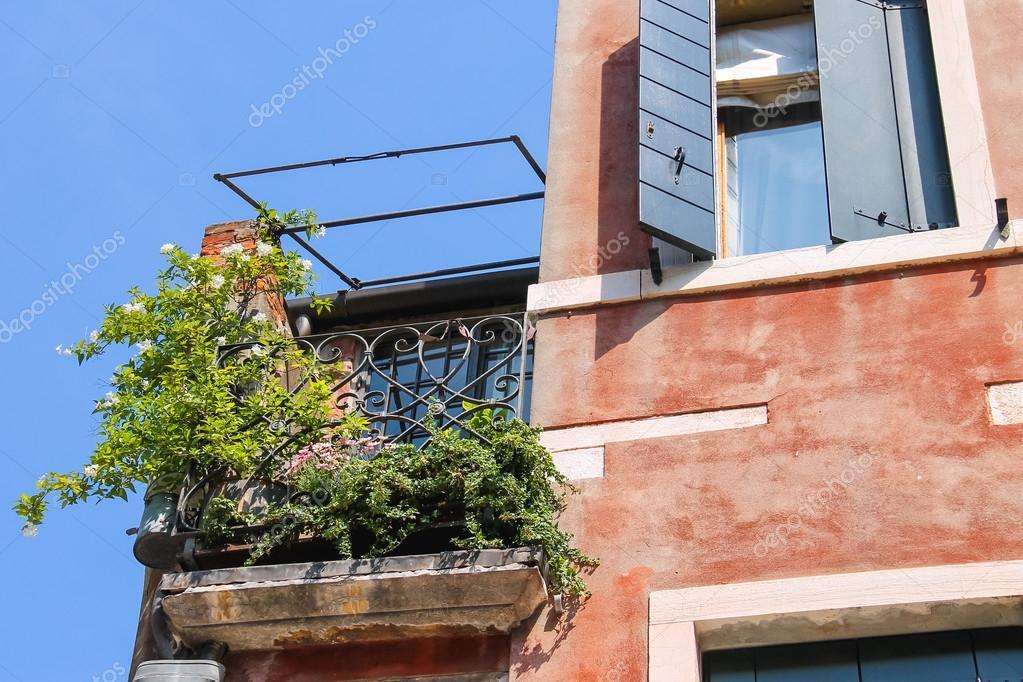 Simple pittoresco balcone con fiori in una casa vecchia - Costi ristrutturazione casa vecchia ...