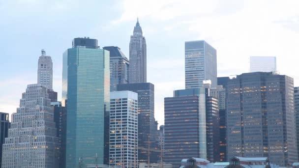 mrakodrapů New Yorku večer při západu slunce