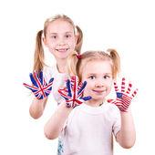 Fotografia bandiere americane e inglesi sulle mani del bambino