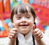 Portrét mladé dívky, šťastný