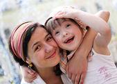 šťastné rodinné okamžiky - matka a dítě bavit