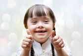 Portrét krásné šťastná dívka dává palec