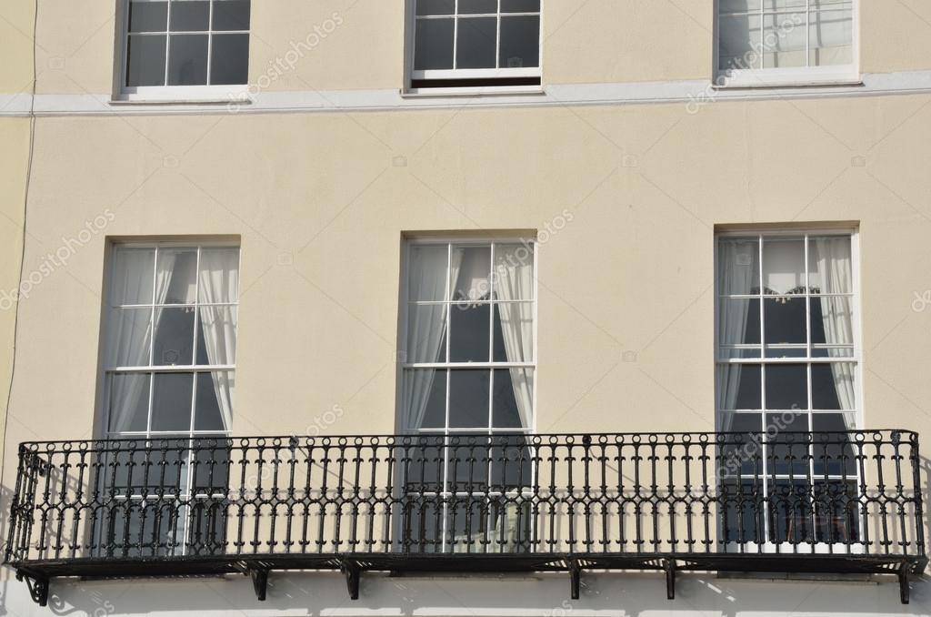 Gros plan d 39 une maison de ville anglais avec balcon en fer for Balcon in english