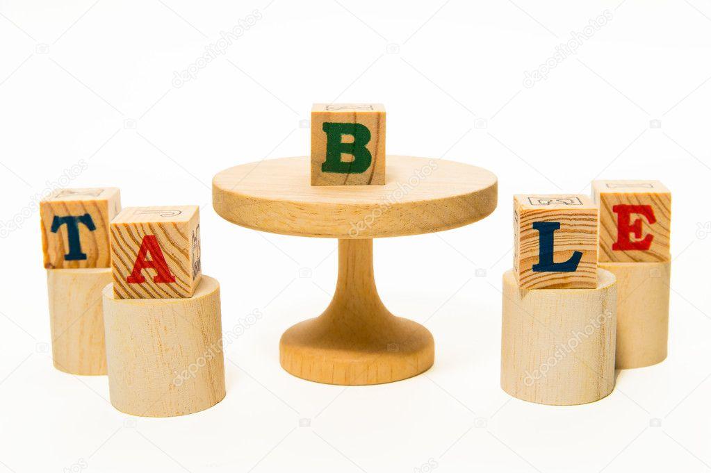 Tavolo in legno e sgabello con blocco di legno u foto stock