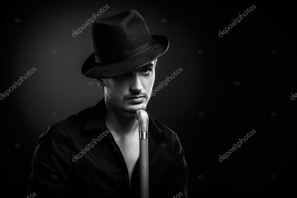 cb0bec0760e4c homme avec un chapeau noir — Photographie IgorBorodin © #35182219