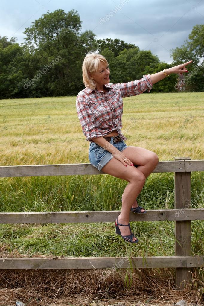 голая писает сидя на заборе берет огромный