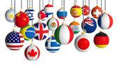 Vánoční koule s různými příznaky, visící na bílém pozadí