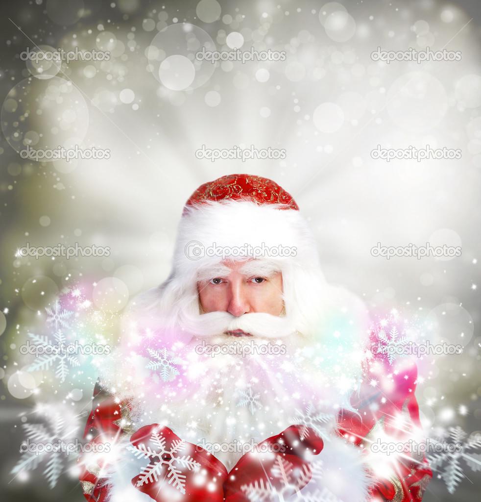 Tema de Navidad  Santa Claus soplando copos de nieve de sus brazos. D — 6cbf5887669