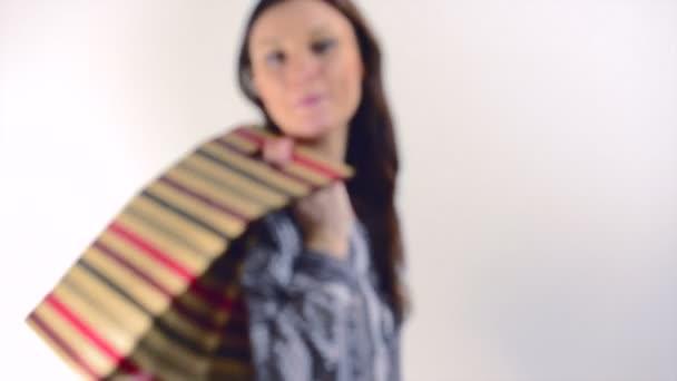 boldog lány bevásárló táskák