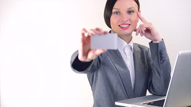 Mosolygó üzletasszony átadása egy üres névjegykártya