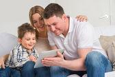 Fényképek Boldog család otthon segítségével elektronikus tabletta