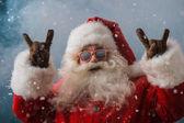Fotografie Santa claus sluneční brýle tančení venku na severní pól