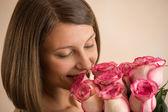 Frau mit einem großen Strauß Rosen