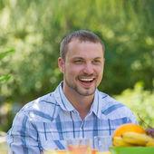 muž si jídlo v zahradě