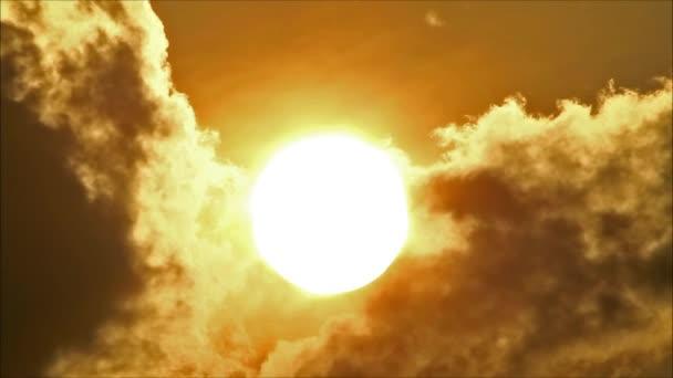 Trópusi nap mögött felhők
