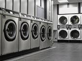 řada průmyslových praček ve veřejné prádelně