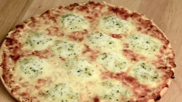 vynikající italská pizza se podává na dřevěný stůl
