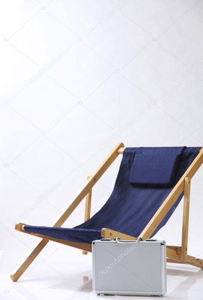 Liegestuhl Holzrahmen und Koffer — Stockfoto © eskaylim #12708482
