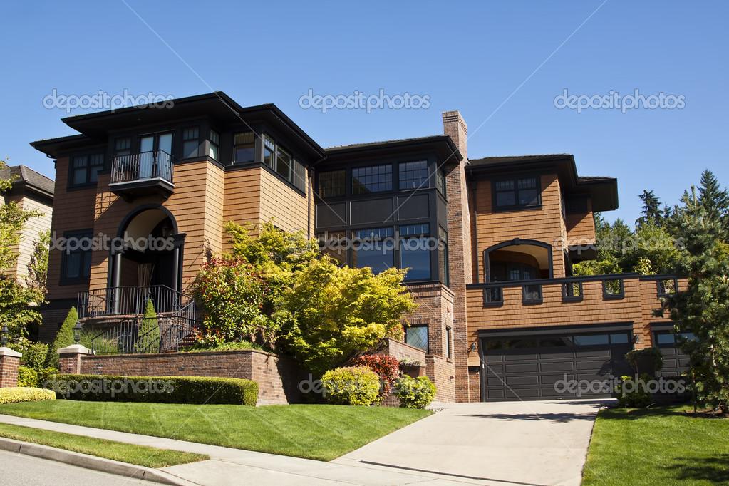 Einfamilienhaus luxus  Luxus-Einfamilienhaus — Redaktionelles Stockfoto © alexmisu #16015295
