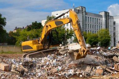 Excavator parses trash