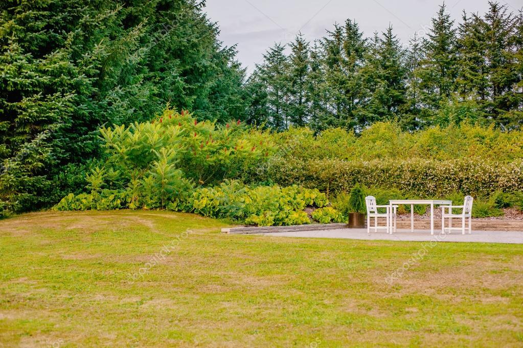 Vita Tradgardsmobler Pa En Terrass Stockfotografi C Sportactive