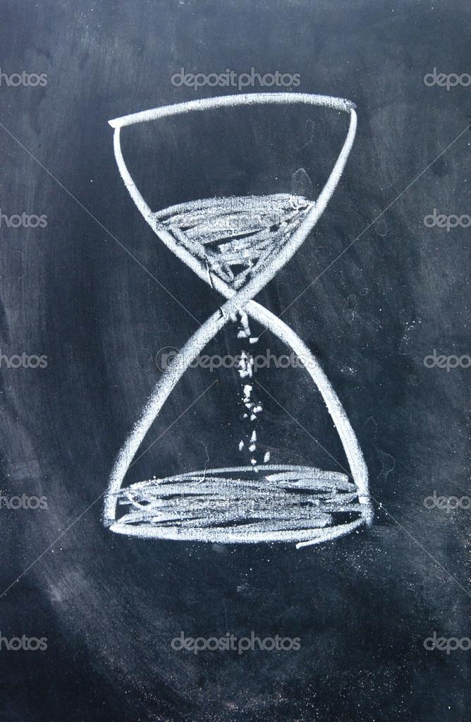 Sanduhr gezeichnet  Zeichen mit Kreide auf die Tafel gezeichnet — Stockfoto #23378730