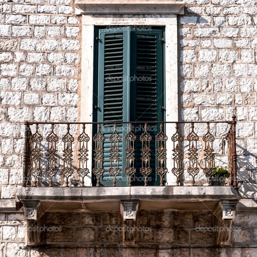 Vecchia parete con finestra e balcone foto stock for Finestra vecchia