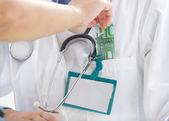 Doktor přijímání úplatků
