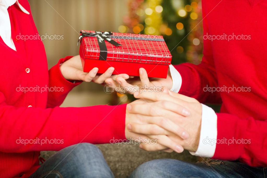 ein Geschenk zu Weihnachten-Abend — Stockfoto © pyotr021 #32557465