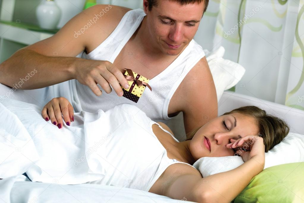 Couple au lit l 39 homme veut surprendre sa femme avec un - Bebe ne veut plus dormir dans son lit ...
