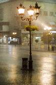 Fotografia immagine della vecchie strada luci sotto la pioggia