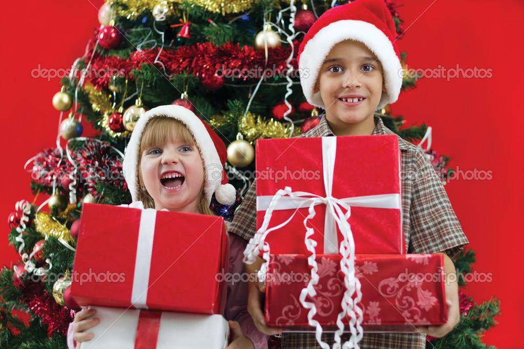 Bruder und Schwester halten Geschenke in der Hand auf ...