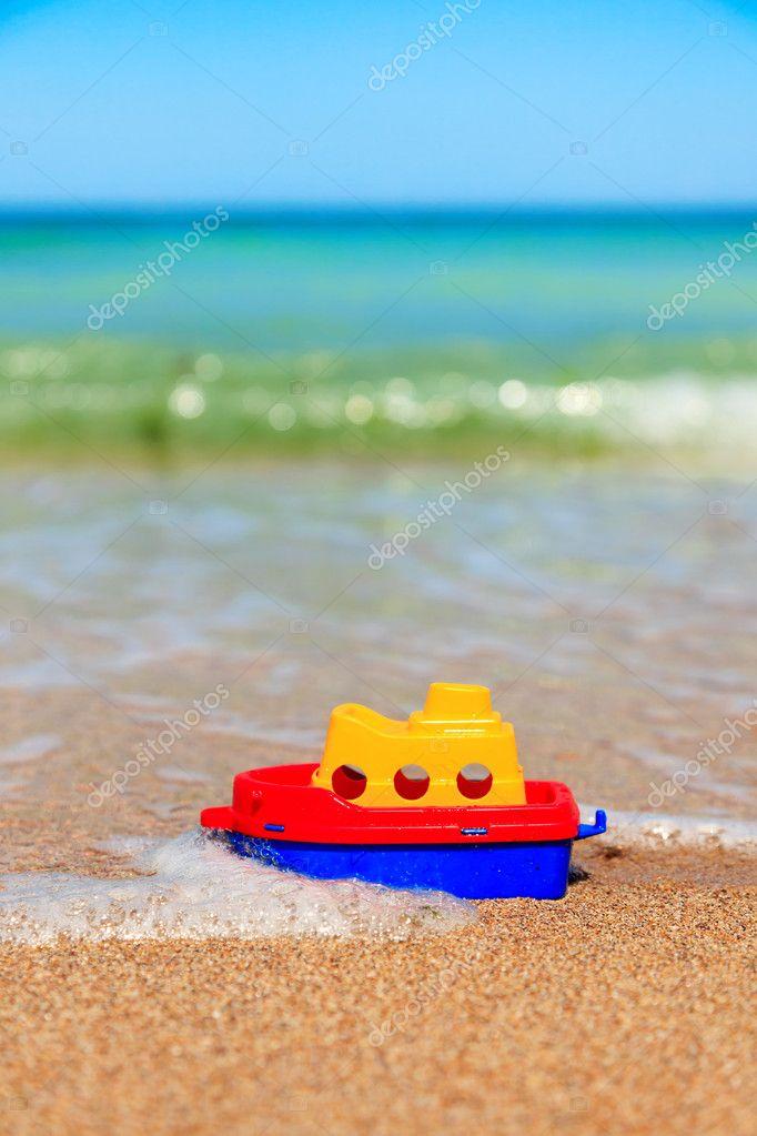 barquito de juguete en la playa foto de stock icefront 42800361