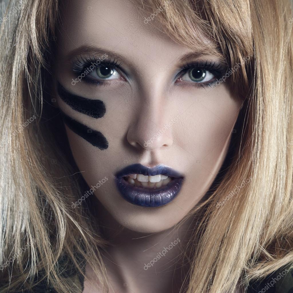 Donna bella moda giovane con stile militare abbigliamento e make,up vernice  viso \u2014 Foto di Avesun